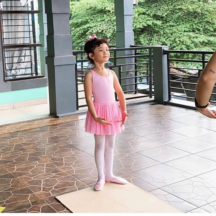 Saat ini, ia sudah memasuki bangku sekolah dasar. Meski Bilqis sudah terlihat jago bernyanyi, Ayu Ting Ting mengungkapkan belum pernah menyekolahkan Bilqis ke sekolah vokal. (Foto: instagram.com/ayutingting92/)