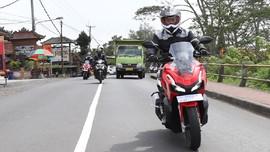 Hindari Risiko Pengendara Motor 'Terjebak' Blind Spot Truk