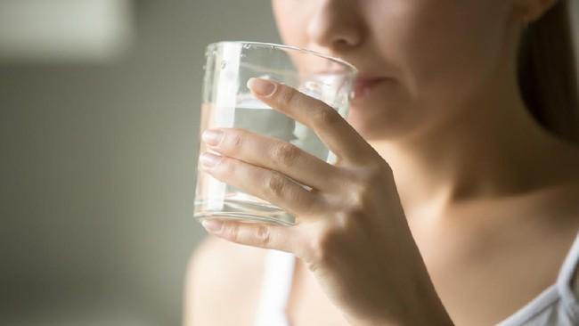 Benarkah Minum Air Putih setelah Makan Ganggu Pencernaan?