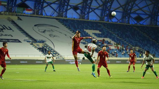 Timnas Indonesia tertinggal 0-2 dari Uni Emirat Arab di babak pertama Kualifikasi Piala Dunia 2022 di Stadion Zabeel, Jumat (11/6) malam.