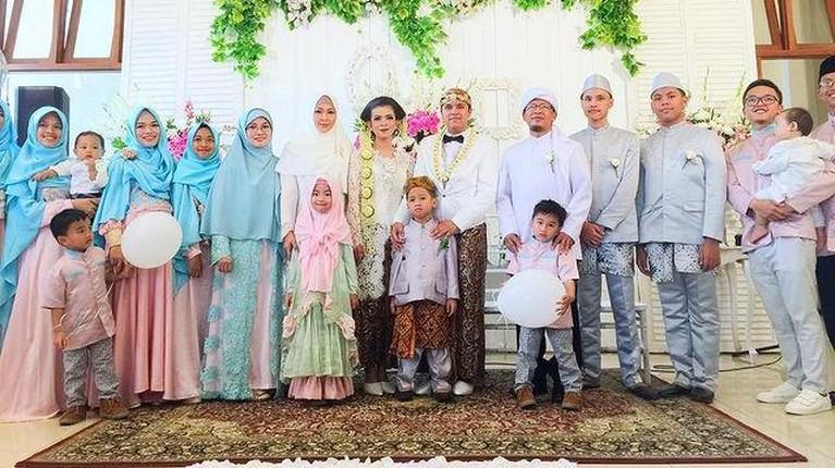 Pernikahan Aa Gym dan Teh Ninih dikarunia tujuh orang anak. Yuk kita lihat potret kebersamaan Aa Gym dan anak-anaknya!