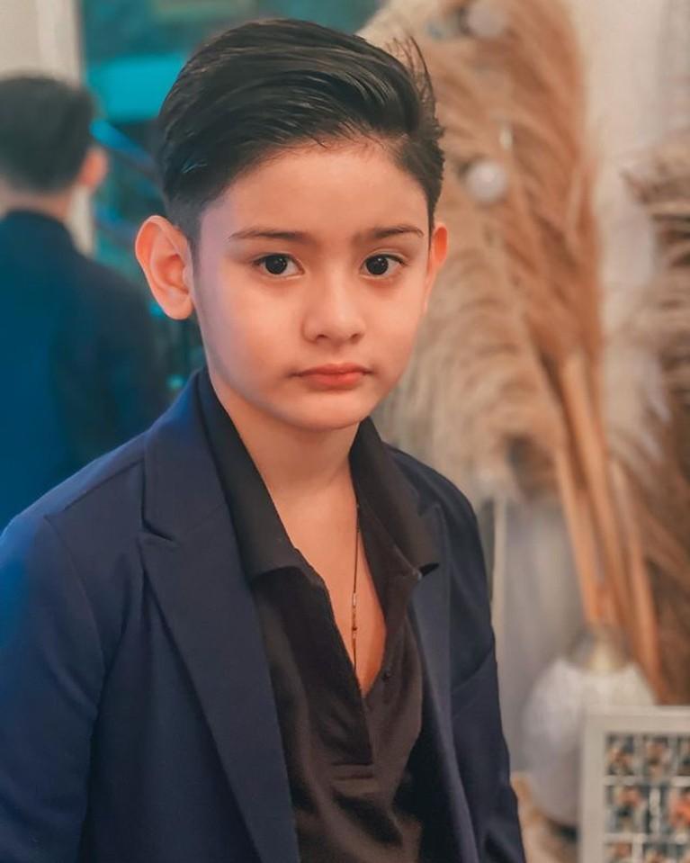 Dari hari ke hari anak pertama Fairuz Arafiq, King Faaz semakin tampan. Yuk kita intip potretnya!