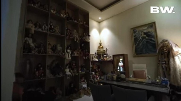 Roy Kiyoshi yang dikenal sebagai seorang yang indigo memiliki rumah mewah yang penuh aura mistris. Yuk kita intip penampakan rumah Roy!