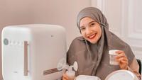 <p>Untuk memenuhi kebutuhan ASI untuk Ukkasya, Zaskia Sungkar memanfaatkan pompa ASI elektrik dari merek Spectra Dual S. Di situs resminya, breast pump tersebut dibanderol seharga Rp3,1 juta. (Foto: Instagram: @zaskiasungkar15)</p>