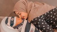 <p>Zaskia Sungkar juga membalut sang putra dengan selimut mahal agar tetap mahal. Baby Gucci Blanket itu dibanderol mencapai Rp6,6 juta. Tak hanya selimut, Ukkasya juga memakai Gucci Baby Stripes Hat seharga Rp2,3 juta. (Foto: Instagram: @zaskiasungkar15)</p>