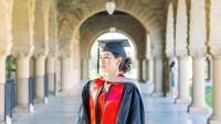 <p>Kebahagiaan tengah menyelimuti aktris sekaligus penyanyi Maudy Ayunda. Ia baru saja mengumumkan kabar kelulusan dari Stanford University, Amerika Serikat. Ia tampil cantik mengenakan busana wisuda lengkap dengan toga. (Foto: Instagram: @maudyayunda)</p>