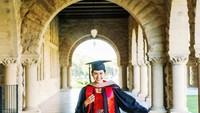 <p>Maudy Ayunda memilih kebaya warna marun dan rok batik pendek sebagai busana wisuda, Bunda. Ia telah menyelesaikan pendidikan magister (S2) di dua jurusan sekaligus atau Joint Degree Program (PDP), yakni MBA (Master of Business Administration) dan pendidikan. (Foto: Instagram: @maudyayunda)</p>