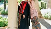 <p>Tak hanya kedua orang tua, adik Maudy Ayunda turut hadir di acara wisuda. Amanda Khairunnisa berpose bersama sang kakak di hari bersejarahnya. Ia terlihat manis dalam balutan kebaya warna<em> soft pink.</em> (Foto: Instagram: @maudyayunda)</p>