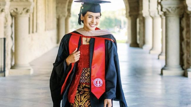 Maudy Ayunda telah menyelesaikan studi S2 di Stanford University. Ia memilih Didiet Maulana sebagai perancang kebaya untuk dirinya wisuda. Apa maknanya?