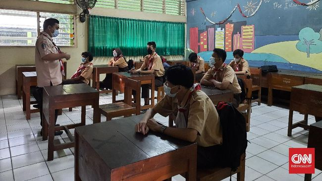 Siswa SMK Negeri 47 Jakarta Selatan lebih mudah menerima pelajaran secara tatap muka di sekolah daripada belajar daring dari rumah.