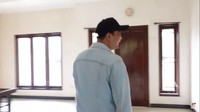 <p>Kita doakan, semoga renovasi rumah Arya Saloka dapat berjalan dengan lancar, ya. Aamiin.(Foto: YouTube: Sing Kye)</p>