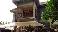 <p>Arya Saloka tak menyebut kapan renovasi rumah tersebut akan dimulai, Bunda. (Foto: YouTube: Sing Kye)</p>