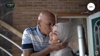 <p>Saatkeduanya bertemu, Shireen dan ayahnya saling memeluk dengan erat, lho. Terlihat Mark sangat merindukan Shireen nih, Bunda. (Foto: YouTube: The Sungkars Family)</p>