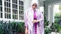 <p>Potongan loose membuat penampilan Syahrini terlihat lebih santun dan elegan, Bunda. (Foto: Instagram: @princessyahrini)</p>