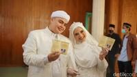 <p>Usai menggelar acara lamaran pada bulan lalu, pada hari ini, Kamis (10/6/2021), adik Alvin Faiz, Ameer Azzikra melangsungkan akad nikahnya, Bunda. (Foto: Hanif/detikHOT)</p>