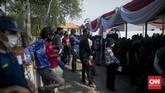 Potret kerumunan masyarakat yang antre menunggu giliran vaksinasi Covid-19 di Pelabuhan Sunda Kelapa, Jakarta Utara, Kamis (10/6).