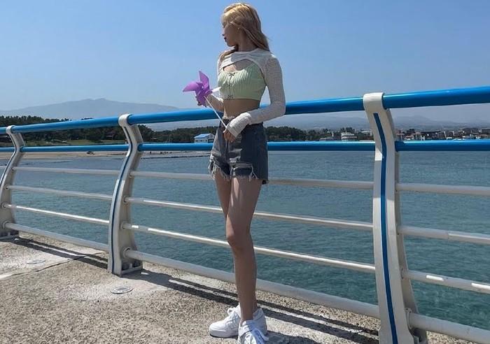 Begitu foto diunggah, netizen langsung salah fokus dengan proporsi tubuh Ryujin. Terlihat pinggang dan kaki jenjangnya yang ramping. Ini artinya Ryujin sukses menurunkan berat badan / foto: instagram.com/itzy.all.in.us