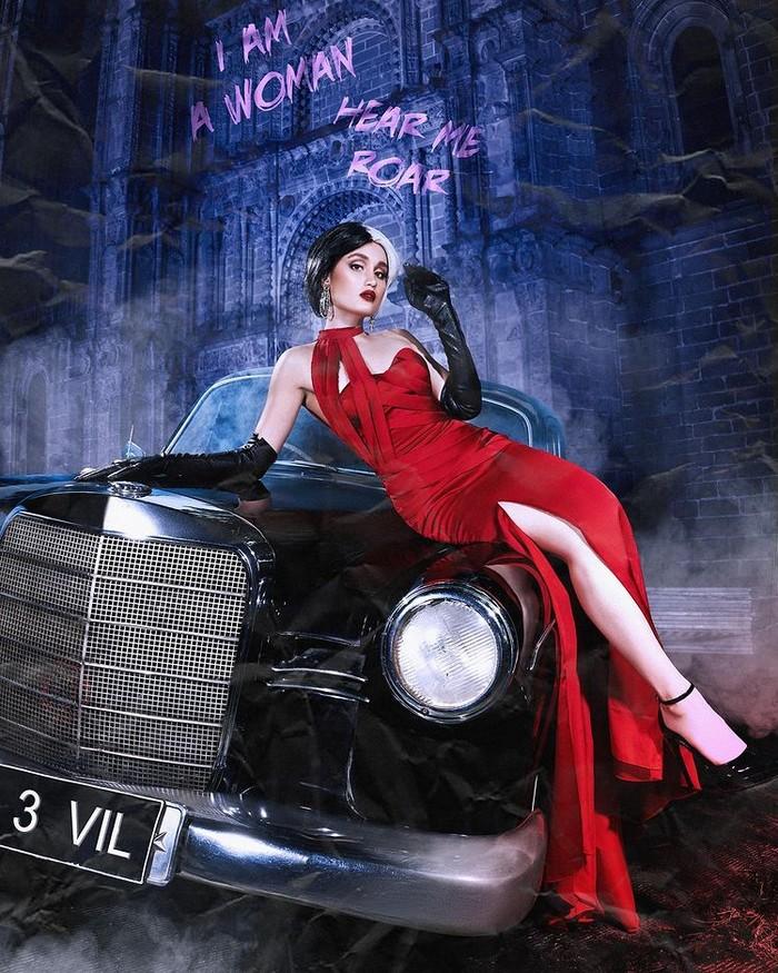 """Cinta Laura bergaya layaknya Cruella dengan long dress merah serupa seperti dalam film. Penampilan Cinta ini diberi nama """"I Am A Woman, Hear Me Roar"""", yang kuat seperti tokoh Cruella dan sikap tegas dari karakter Cinta/Sumber/Instagra/wanda_haraa."""