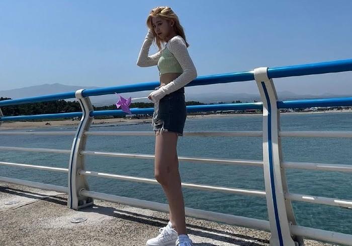 Dengan caption I See The Sea, Ryujin tampil dengan crop top warna hijau pastel, hot pants denim, dan sneakers putih. Perpaduan yang simple namun manis untuk outfit musim panas / foto: instagram.com/itzy.all.in.us
