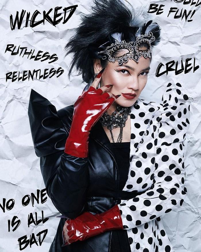 """Dengan tema """"Quite Fabulous, Darling!"""", Titi Kamal tampil berambut 'jebrik' dengan aksesoris leather handgloves merah. Bajunya mengandung aksesn khas tokoh Cruella yang kental dengan motif kulit anjing Dalmantion/Sumber/Instagram/wanda_haraa."""