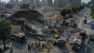 FOTO: Maut Menjemput Penumpang Bus Tertimpa Gedung Runtuh