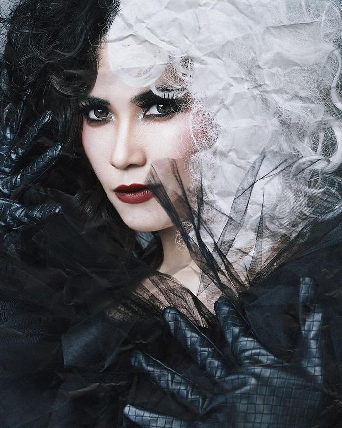 """Karakter tokoh antagonis yang melekat pada aktris Dinda Kanya Dewi mendukungnya dalam berpenampilan seperti Cruella. Melalui tema """"Evil Has Met Her Match, Darling"""", Dinda tampil 'bold' dengan pesona yang melekat padanya/Sumber/Instagram/wanda_haraa."""