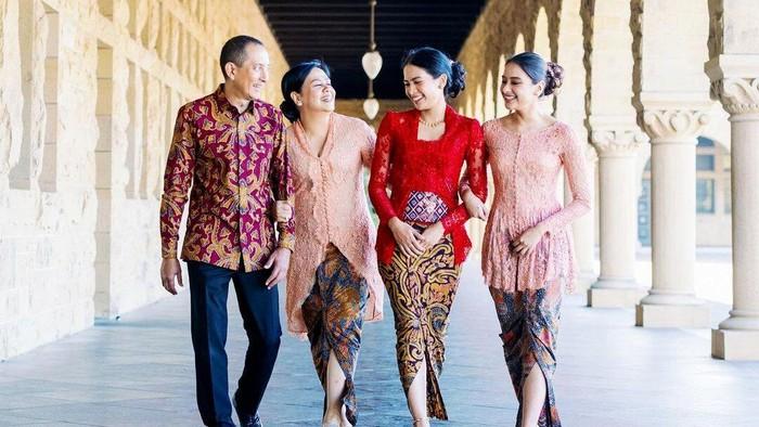 Penampilan Keluarga Maudy Ayunda di Hari Wisudanya