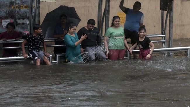 Hujan lebat yang mengguyur Kota Mumbai, India mengakibatkan sebuah bangunan tempat tinggal ambruk hingga menewaskan 11 orang, Rabu (9/6).