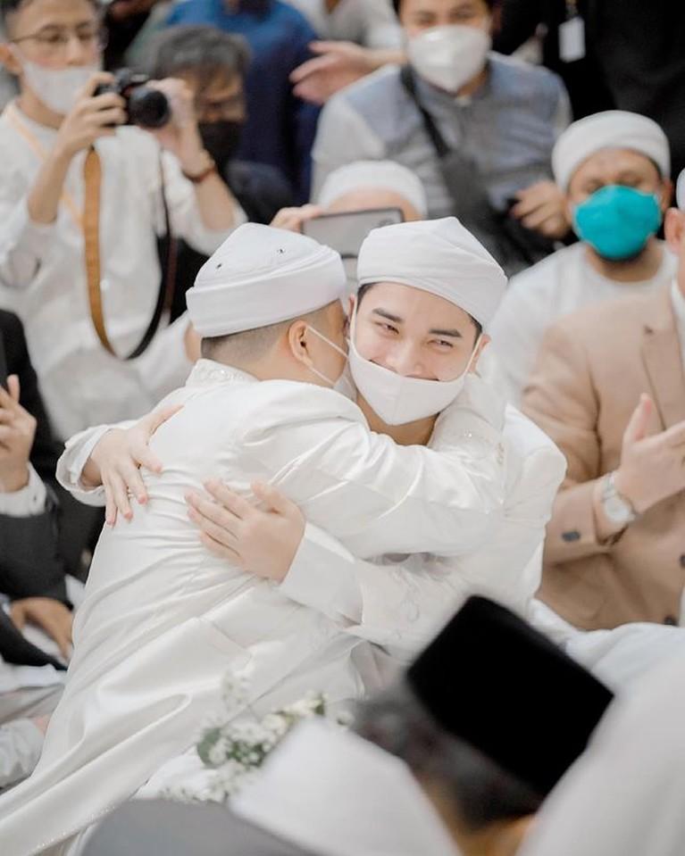 Alvin Faiz gantikan Ustaz Arifin Ilham mendampingi sang adik, Ameer di hari pernikahannya. Yuk kita intip potret penampakan Alvin!