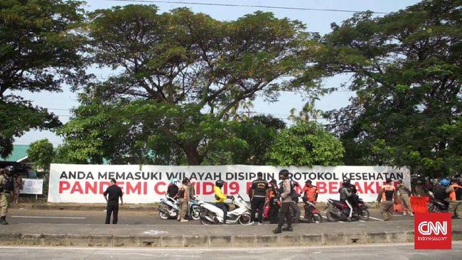 Sejumlah KTP warga Jawa Timur di pos penyekatan Jembatan Suramadu, ditinggal pemiliknya. Mereka diduga melarikan diri lantaran menolak tes swab antigen.