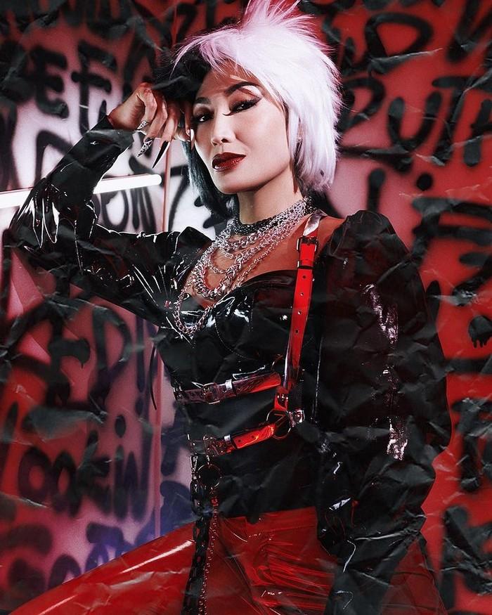 """Presenter Ayu Dewi didandani dengan tema """"I Want To Make Trouble, You In?"""". Dia tampil penuh dengan kostum berbahan leather lenglap dengan aksesoris pop punk Cruella/Sumber/Instagram/wanda_haraa."""