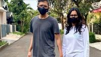 <p>Keduanya juga nampak kompak bergandengan tangan saat berada di luar rumah. Mereka juga mematuhi protokol kesehatan dengan tetap mengenakan masker, Bunda. (Foto: Instagram: @raihaanun)</p>