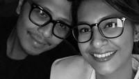 <p>Dalam sebuah foto hitam putih, keduanya kompak mengenakan kacamata sambil memperlihatkan senyuman manisnya nih, Bunda. <em>Sweet</em> banget, ya! (Foto: Instagram: @raihaanun)</p>