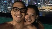 <p>Memanjakan diri dan<em> quality time</em> yang dilakukan pasangan ini bisa ditiru lho, Bunda. Keduanya menyempatkan waktu untuk refreshing dengan berenang di malam hari, lho. (Foto: Instagram: @raihaanun)</p>
