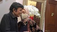 <p>Kilas balik ketika Rhoma Irama merayakan ulang tahunnya ke-74. Dapat kejutan dari istri tercintanya dan memotong nasi tumpeng bersama. (Foto: Instagram @riccarhoma)</p>