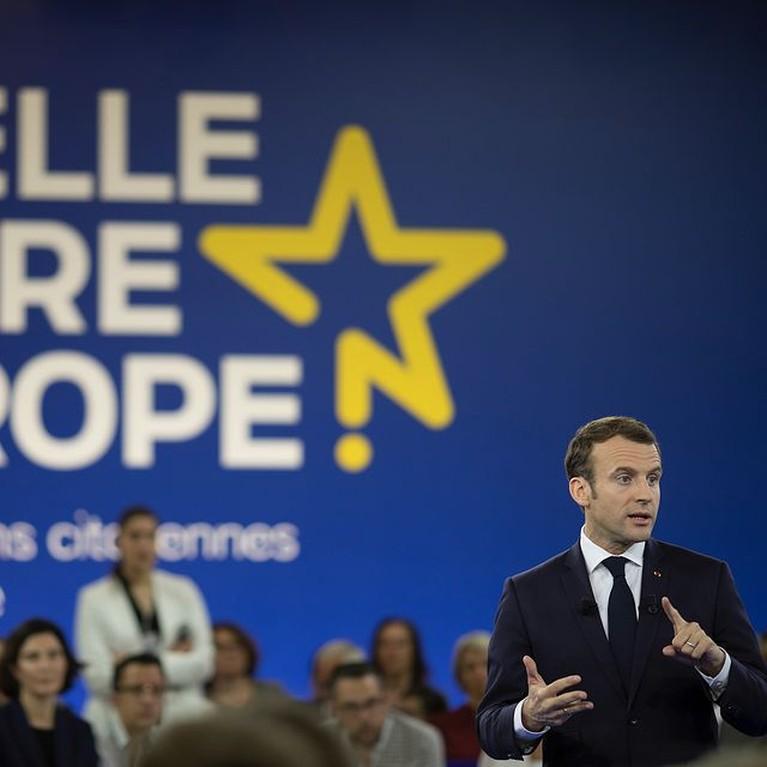 Presiden Prancis, Emmanuel Macron mendadak viral karena ditampar oleh warganya di depan orang ramai. Yuk kita intip sosoknya!