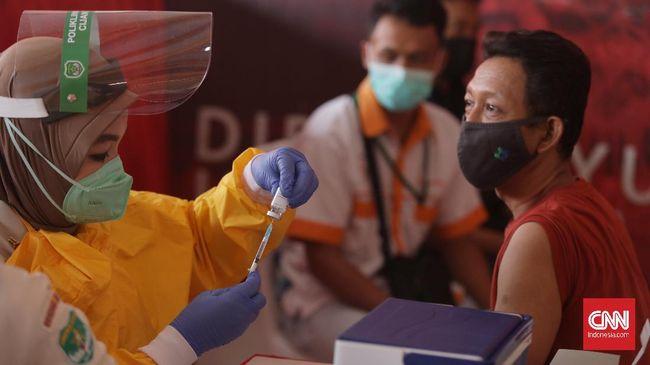 Kepala BNPB sekaligus Ketua Satgas Covid-19 Ganip Warsito mengadakan peninjauan vaksinasi di Stadion Gelora Bangkalan, Madura, pada Jumat (18/6).
