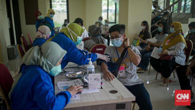 Lokasi vaksinasi di Kota Tangerang tersebar di 38 Puskesmas. Selain itu, ada juga di area publik seperti mal, pasar dan terminal.