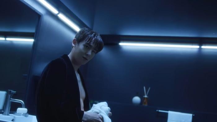 2PM mulai merilis video yang berjudul 'The Hottest Origin' sebagai trailer comeback terbarunya. Trailer dimulai dari Nichkhun. Dengan memakai jubah mandi, Nichkhun mengawali trailer ini dengan penampilan sexy-nya. (Foto: youtube.com/jypentertainment)