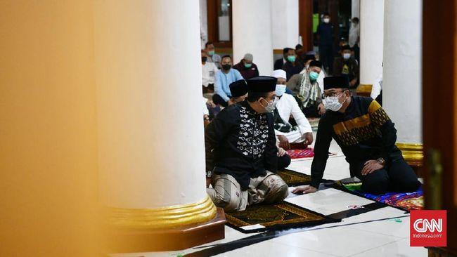 Gubernur DKI Jakarta Anies Baswedan salat subuh berjamaah bersama Gubernur Jawa Barat Ridwan Kamil di Sumedang.