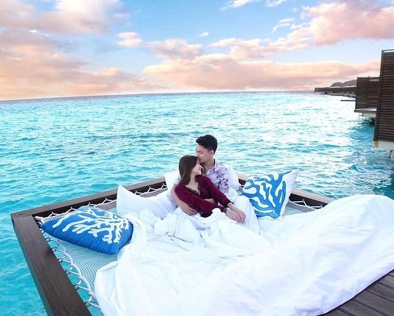 Setelah menggelar pernikahan bak royal wedding dengan mahar saham dan emas. Nanda dan Ardya bulan madu mewah ke Maldives, yuk intip!