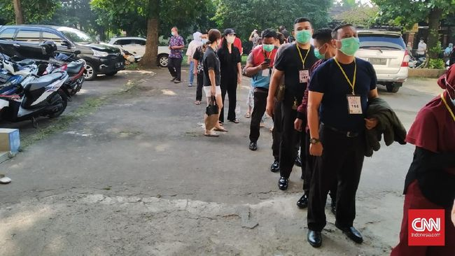 Ramai warga terlihat di area SMA Perguruan Cikini, Pancoran, Jaksel yang menjadi satu dari sekian banyak tempat vaksinasi Covid-19 bagi usia 18 tahun ke atas.