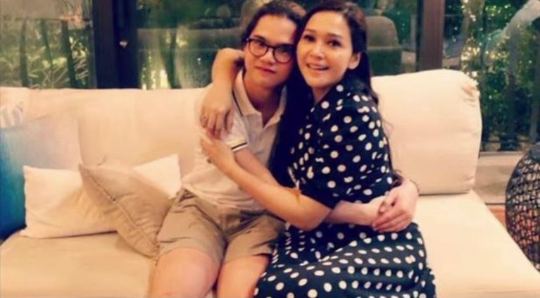 Dul Jaelani mengunggah sebuah video yang berisi kumpulan foto saat ia masih kecil bersama Maia membuat netizen mewek. Yuk kita intip!