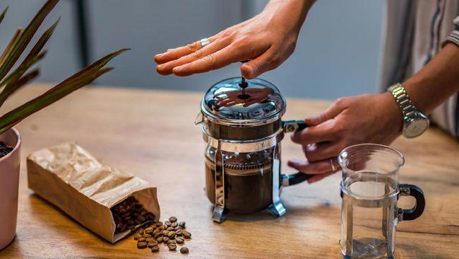 Dibanding di rumah, menyesap kopi di kedai atau kafe memang lebih nikmat. Tapi Anda juga membut kopi yang nikmat seenak di kafe.