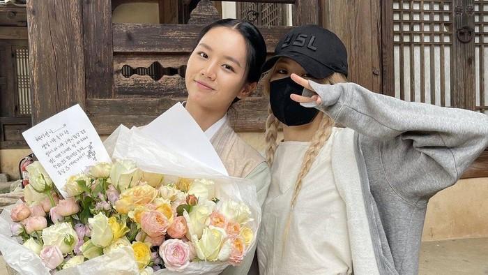 Hyeri Girl's Day Dapat Kejutan Ulang Tahun dari Rose BLACKPINK di Lokasi Syuting