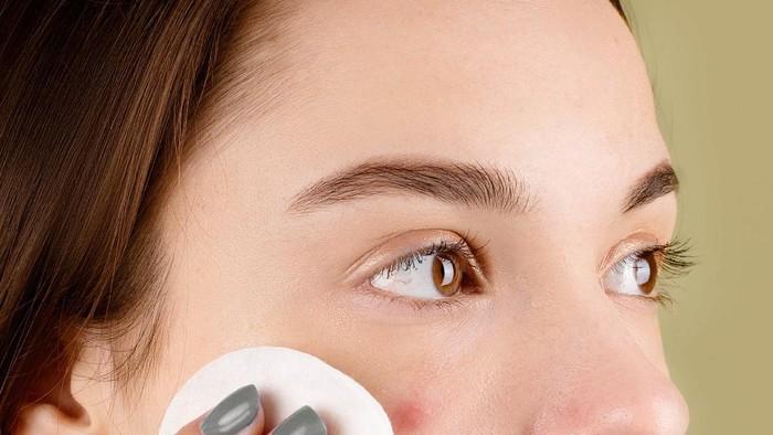 Malas Bersihkan Make Up Sebelum Tidur? Ini Bahaya yang Mengintai
