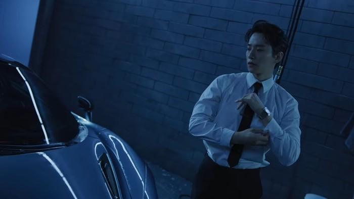 Junho menjadi member terakhir 2PM yang menyelesaikan wajib militernya. Masa wajib militer Junho resmi selesai pada tanggal 20 Maret lalu. Junho dengan setelan formalnya ini mampu menarik perhatianmu, kan? (Foto: youtube.com/jypentertainment)