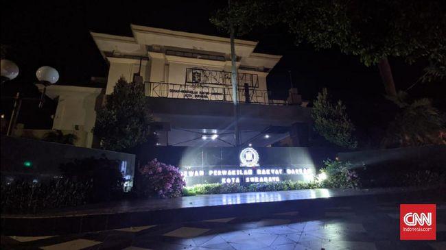 Belasan anggota DPRD Kota Surabaya dikabarkan positif terinfeksi virus corona. Salah satu yang terpapar merupakan anggota Fraksi PDIP.