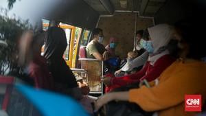 FOTO: Evakuasi Pasien Saat Ledakan Covid-19 di DKI