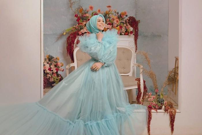 Lesty tampil dengan begitu cantik mengenakan gaun mewah berwarna soft blue dengan model bagian atas off shoulder. Diketahui, ia memakai gaun rancangan designer ternama, Renzi Lazuardi. (Instagram.com/renzilazuardi)